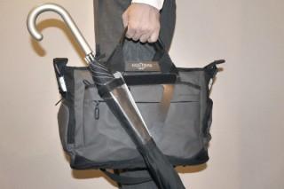傘の先端が後ろの人にあたる事故を未然に防ぐ、バッグ装着型の傘ホルダー