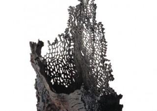鉄のオブジェを中心とした約40点の作品が展示される留守玲氏の個展「過飽和より」
