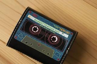 レトロなカセットテープをデザインした「小さいふ」が登場。裏にはB面も