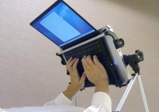 ベッドの上でテレワーク? 完全に仰向けの状態で作業可能なノートPC用テーブル