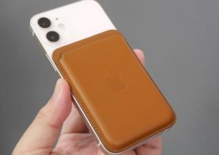 iPhoneに吸着できるMagSafeレザーウォレット、できそうでできない使い方とは?