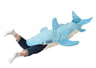 ヴィレヴァン、サメに丸呑みされたような気分を味わえる「マーメイドブランケット」を発売