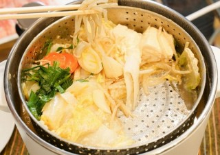 サンコー、鍋の中が昇降して具材とスープを分けられる「電動昇降グリル鍋」