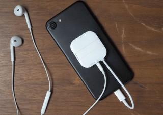 iPhoneに3.5mmステレオプラグが使えてスタンドにもなる「変換アダプタ」発売