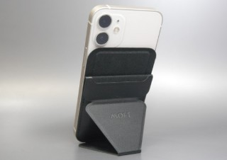 iPhone 12シリーズの背面に磁力で吸着、片手持ちにも便利な多機能スタンド