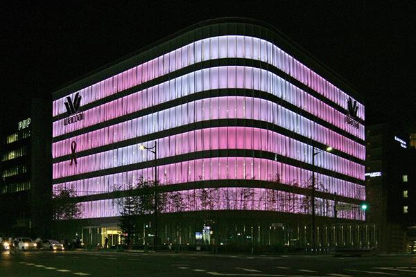 紫色ledを用いた京セラの高演色照明がワコール新京都ビルに採用!4色調光で繊細な色彩表現を実現 デザインって