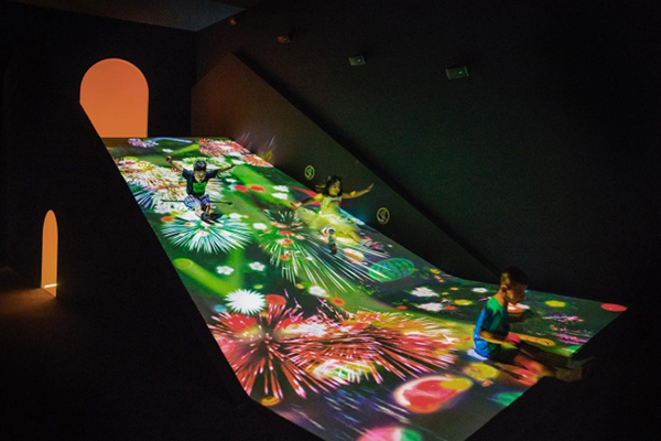 「すべって育てる! フルーツ畑」 teamLab, 2016-, Interactive Digital Installation, Sound:teamLab